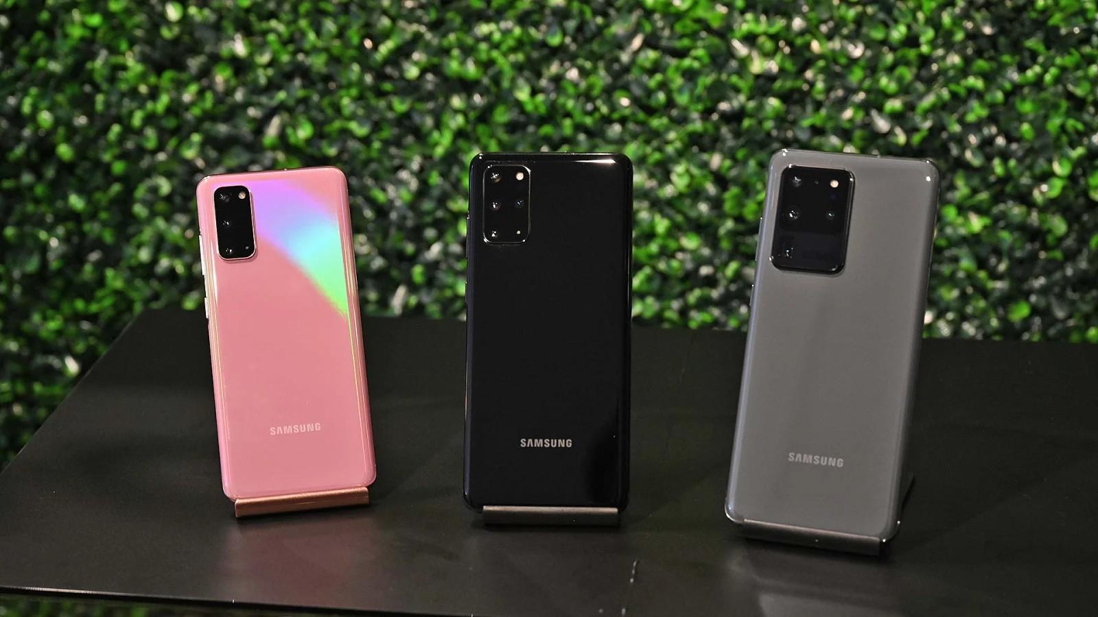 Từ trái qua phải: Galaxy S20 hồng, Galaxy S20+ đen và Galaxy S20 Ultra xám. Ảnh: Sam Rutherford (Gizmodo)