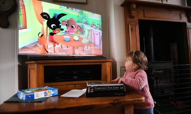 Cha mẹ phải hạn chế trẻ dưới 5 tuổi chơi iPad, điện thoại, TV