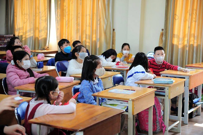 """Trẻ đi học """"mùa corona"""": Đeo hay không đeo khẩu trang suốt buổi?"""