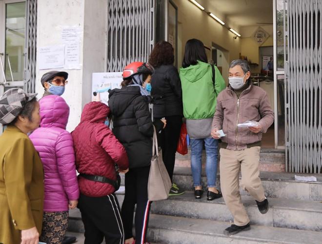 Người dân Hà Nội xếp hàng trật tự mua khẩu trang kháng khuẩn