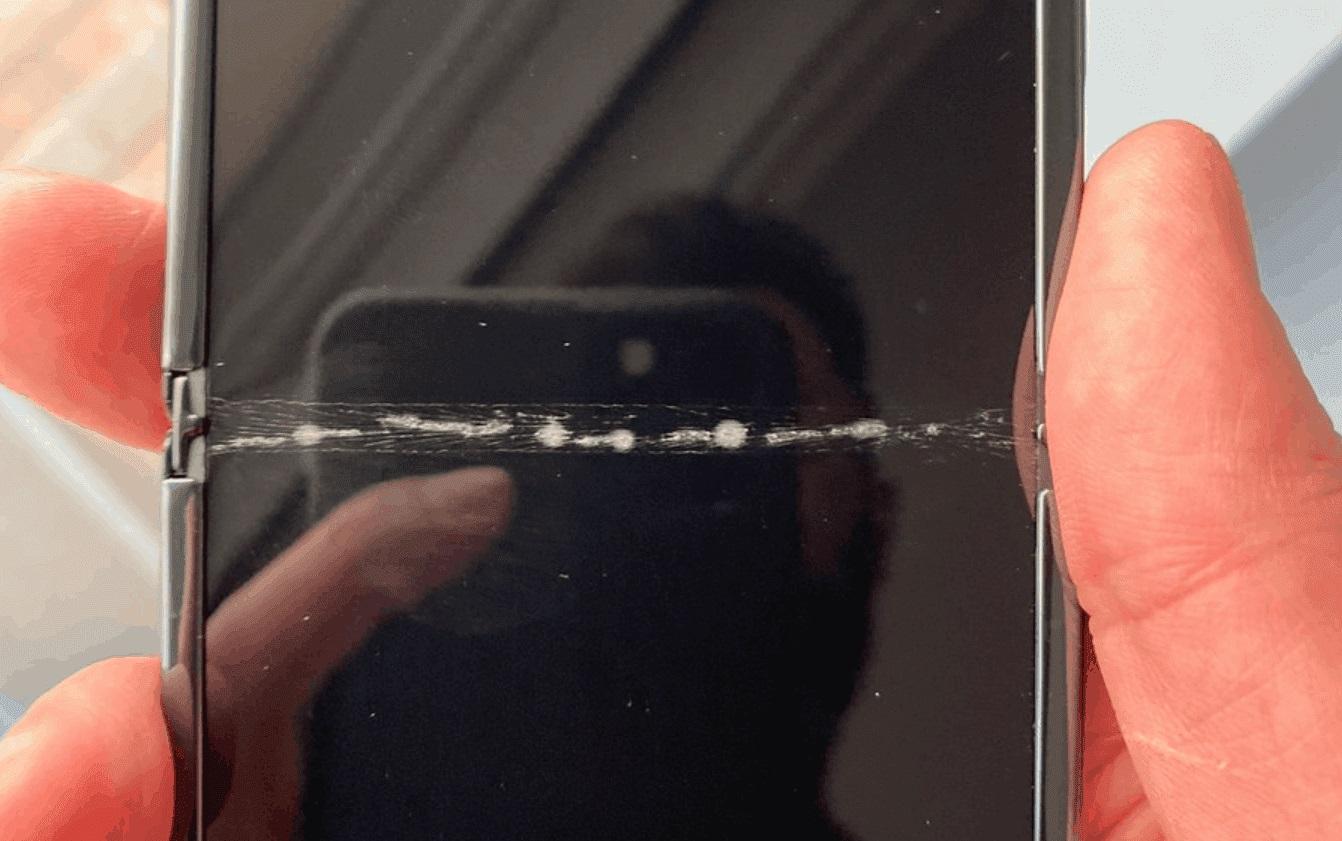 Samsung Galaxy Z Flip vừa đập hộp đã nứt màn hình