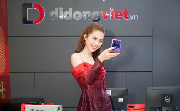Ngọc Trinh trên tay Galaxy Z Flip đầu tiên trong ngày mở bán tại Việt Nam