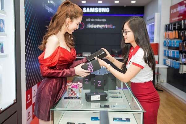 Là iFan gần 10 năm qua nhưng vì sao Ngọc Trinh chọn Galaxy Z Flip?