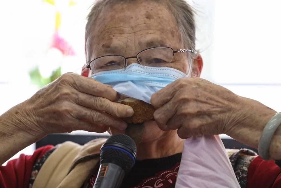 Covid-19 và cuộc chiến của của người nghèo Hong Kong vật lộn để mua khẩu trang, nước rửa tay