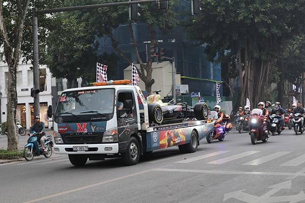 Tận mắt ngắm nhìn xe đua F1 diễu hành trên phố Hà Nội