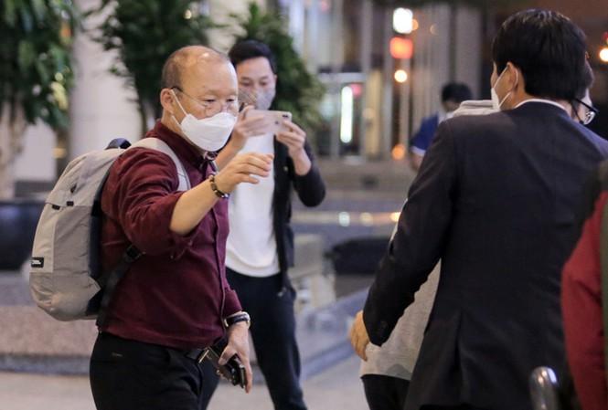 Cộng đồng mạng tranh cãi kịch liệt về việc có nên cách ly HLV Park Hang-seo