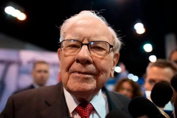 Tỷ phú Warren Buffet bất ngờ đổi điện thoại nắp gập 20 USD sang dùng iPhone đời mới nhất