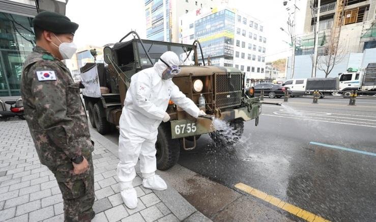 Quân đội Hàn Quốc được cử phun diệt khuẩn ở khu vực Daemyeong-dong, quận Nam-du ở Daegu sáng nay 278/2. Ảnh: Yonhap