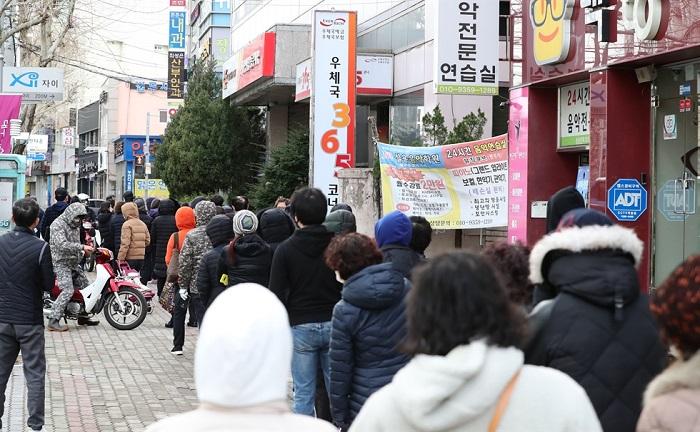 Người dân xếp hàng trước bưu điện ở Sinam-dong (Daegu) sáng nay 27/2 để mua khẩu trang. Chính phủ Hàn Quốc hôm nay cho biết sẽ cung cấp 3,5 triệu khẩu trang cho các nhà thuốc và bưu điện trên khắp cả nước mỗi ngày từ ngày mai.