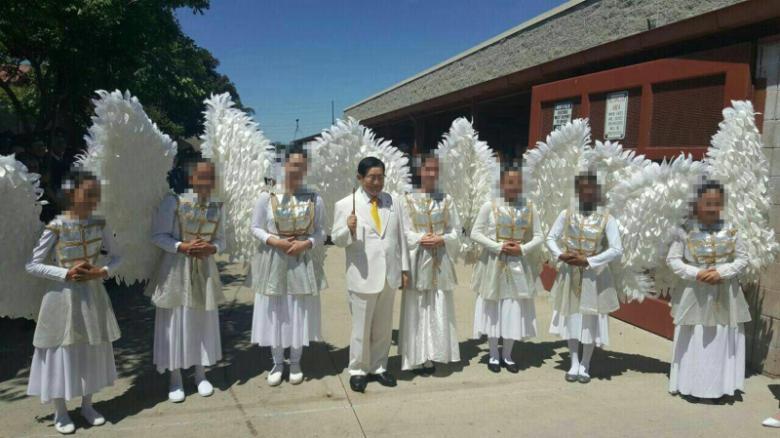 """Giáo chủ Lee Man-hee (đứng giữa các """"thiên thần"""") tự nhận là người bất tử"""