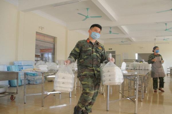 """""""Đột nhập"""" bếp ăn quân đội phục vụ hàng trăm người ở khu cách ly Hà Nội"""