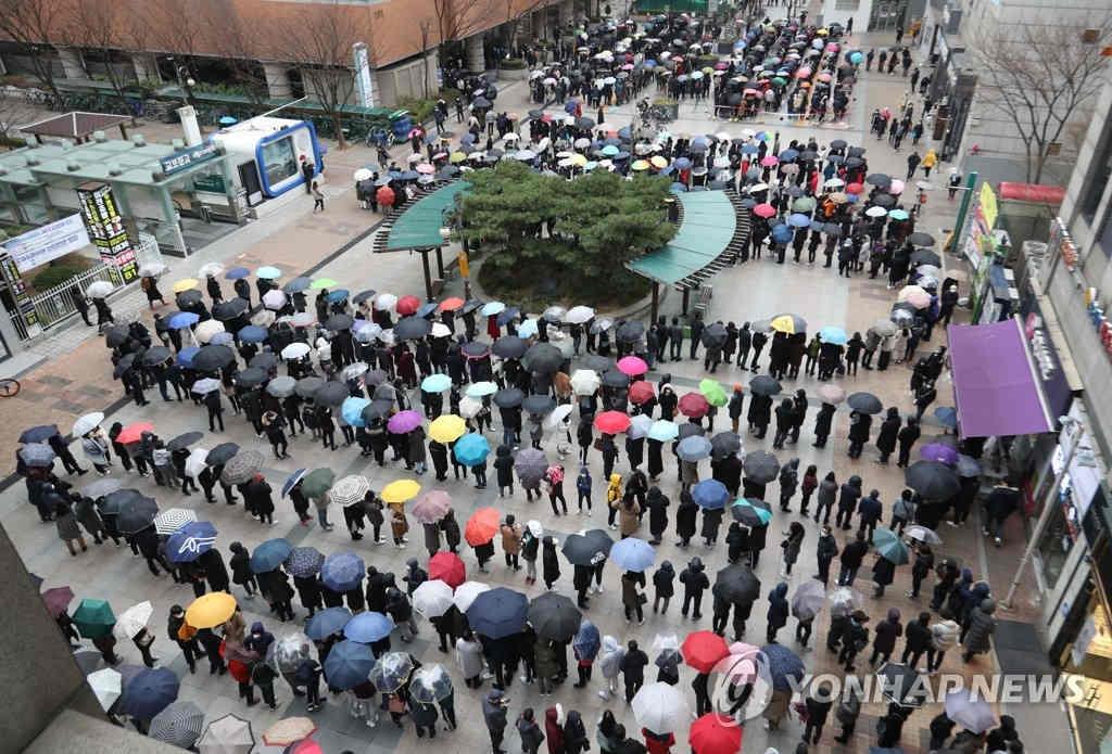 Số ca tử vong vì COVID-19 ở Hàn Quốc tăng lên 16, hơn 60 nước cấm hoặc hạn chế nhập cảnh