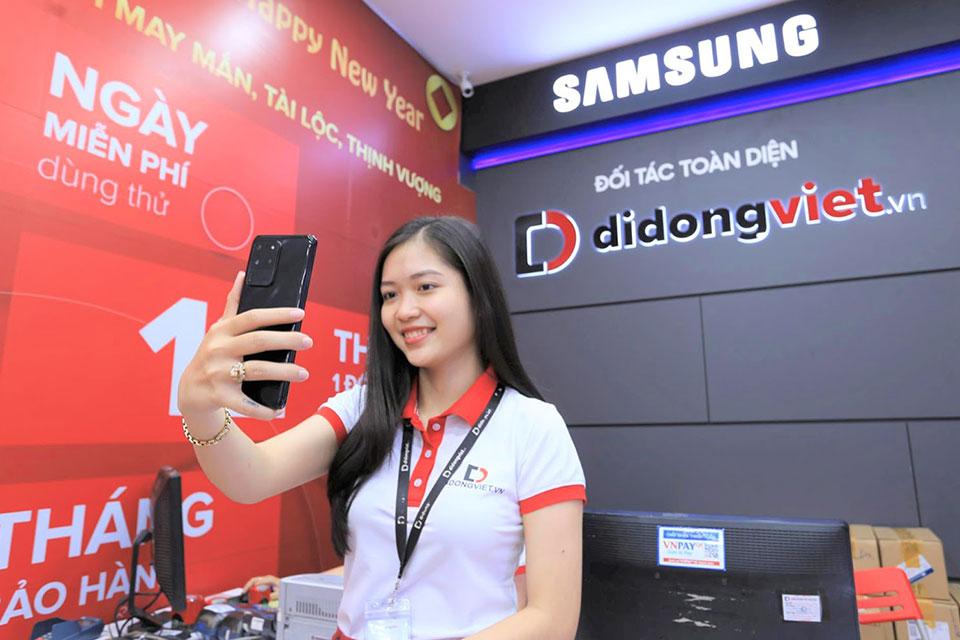 Galaxy S20, S20 Plus, S20 Ultra giá từ 16,9 triệu đồng: Di Động Việt giao hơn 300 máy cho khách trong ngày mở bán