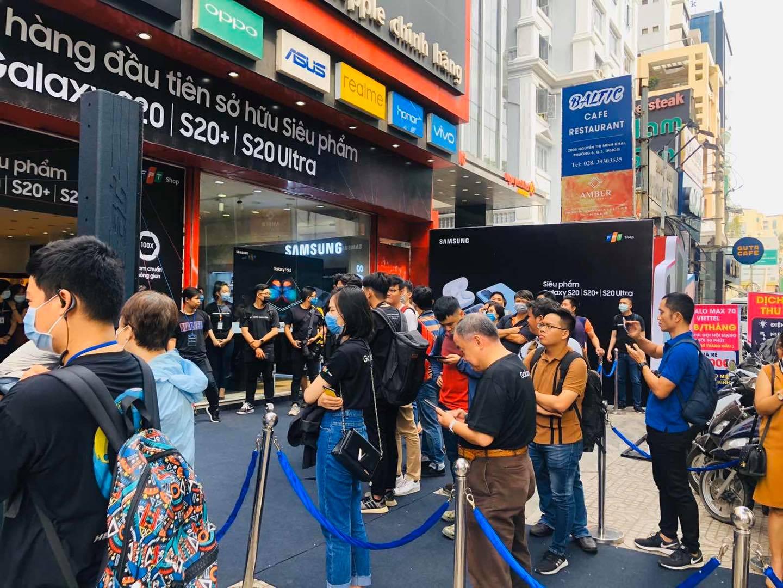 Hôm nay, bộ ba Galaxy S20 chính thức lên kệ tại Việt Nam, phần lớn người dùng chọn S20 Ultradù giá xấp xỉ 30 triệu đồng