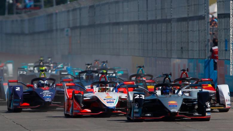 Chặng đua Formula E đầu tiên trong năm nay được tổ chức vào tháng 1 và người giành cúp vô địch là tay đua 22 tuổi Maximilian Günther (Ảnh: CNN)