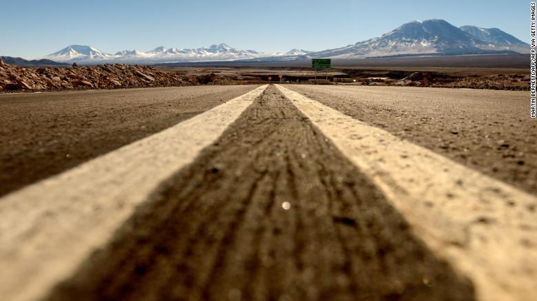 Sa mạc Atacama là nơi căn cỗi, tuy nhiên, lithium đang ẩn dấu bên dưới các chảo muối tạo nên một mỏ khoáng tiềm năng (Ảnh: CNN)