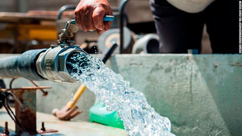 Có rất ít nước từ các nguồn tự nhiên trong sa mạc Atacama, do đo các nhà máy phải bơm thêm nước từ ngoài sa mạc vào (Ảnh: CNN)