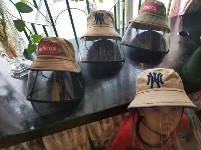 Mũ chống giọt bắn được người Hà Nội tìm mua để chống Covid-19
