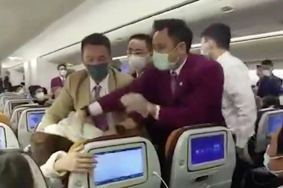 Hành khách Trung Quốc cố tình ho vào mặt tiếp viên hàng không vì phải chờ kiểm tra y tế
