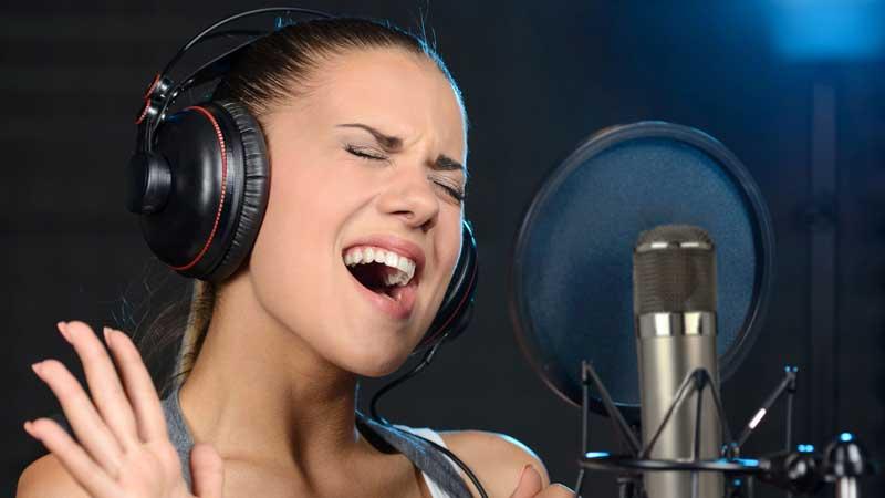 Vì sao ca sĩ và diễn viên đeo tai nghe trong phòng thu?