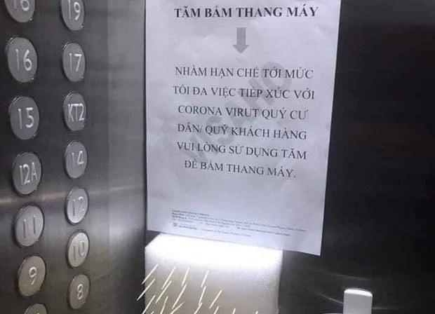 Dùng tăm bấm thang máy chung cư ở Hà Nội mùa Covid-19