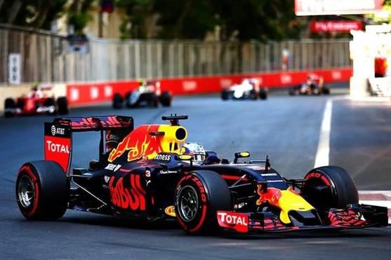 Chặng đua F1 Melbourne bị hoãn vì một thành viên đội McLaren