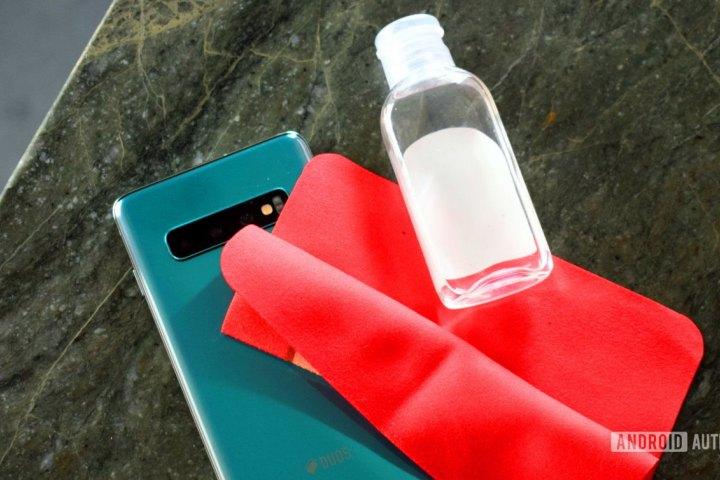 Cách lau chùi và khử trùng điện thoại trong thời kỳ COVID-19