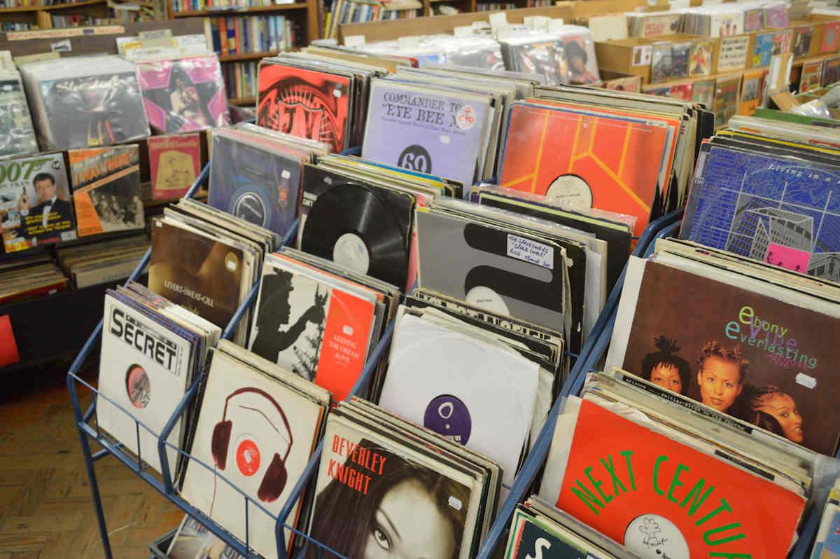 """Amazon muốn chấm dứt """"cơn nghiện"""" đĩa CD và vinyl của người Nhật"""