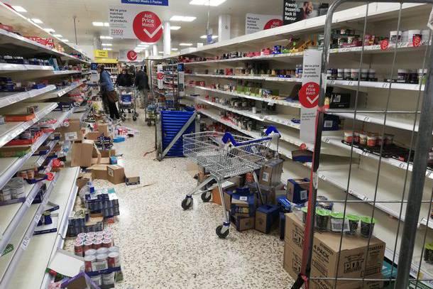 Cảnh tượng như ngày tận thế ở Anh: Người dân hoảng loạn đi mua đồ vì Covid-19