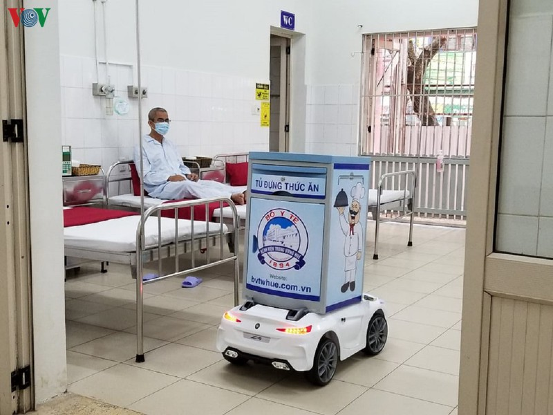 Robot phục vụ bệnh nhân tại khu cách ly Bệnh viện Trung ương Huế.