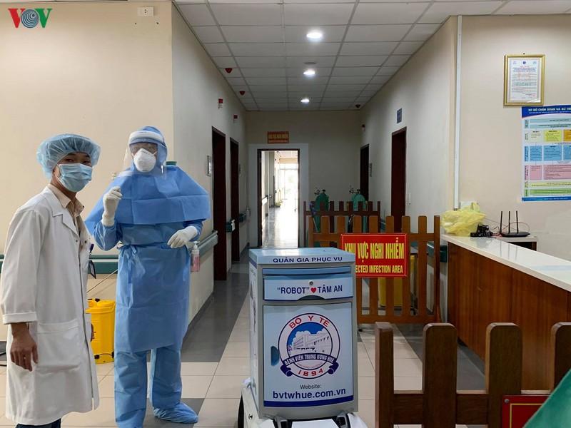 Robot Tâm An phục vụ tại khu cách ly Y tế cơ sở 2, Bệnh viện Trung ương Huế.