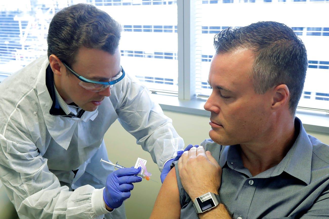 Chùm ảnh: Lần đầu tiên vaccine phòng ngừa Covid-19 được thử nghiệm trên cơ thể con người