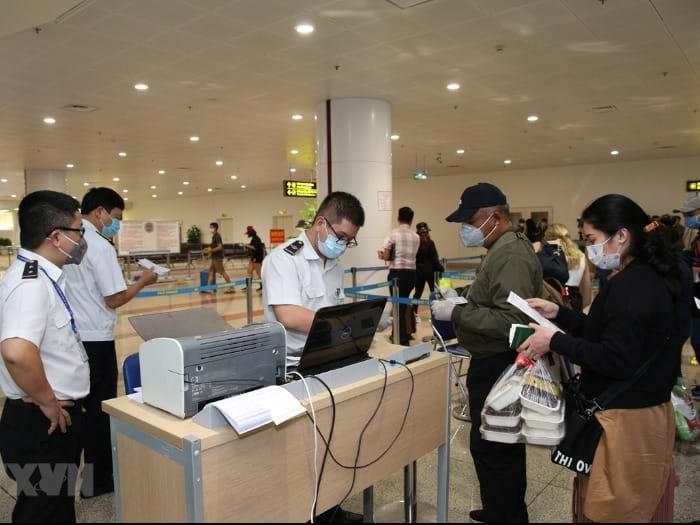 Tạm dừng nhập cảnh người nước ngoài, người gốc Việt có miễn thị thực