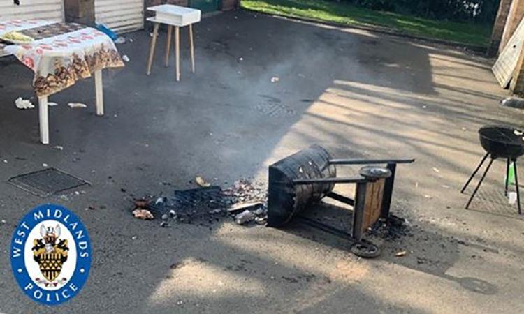 Cảnh sát ở Anh xô đổ lò nướng của nhóm người vẫn tụ tập làm tiệc BBQ bất chấp lệnh cấm