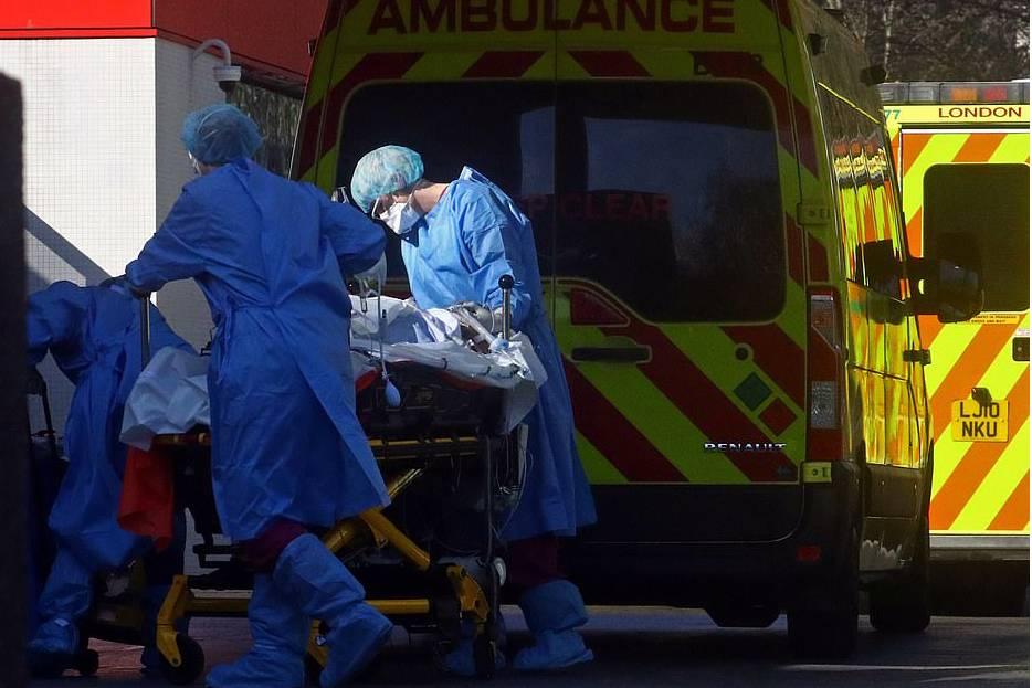 Bác sĩ ở Anh lựa chọn bệnh nhân Covid-19 'chắc chắn sẽ khỏe lên' để lắp máy thở