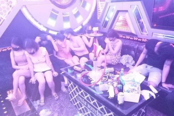 Đi hát karaoke giữa lệnh cấm, 11 người bị cách ly