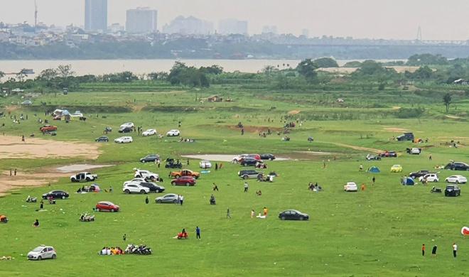 Đông người cắm trại ở chân cầu Vĩnh Tuy bất chấp dịch bệnh