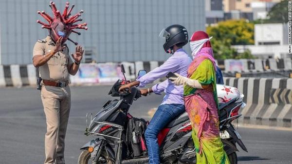Ấn Độ: Cảnh sát đội mũ bảo hiểm hình virus Corona để ngăn người dân ra ngoài