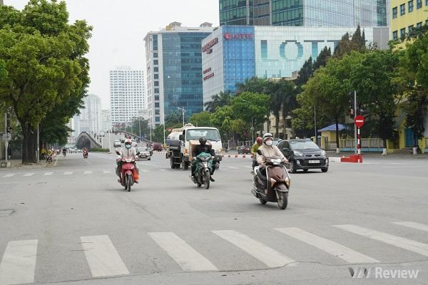 Hà Nội trong ngày đầu cách ly toàn xã hội: Chủ yếu dân văn phòng ngoài đường, siêu thị vẫn đầy ắp đồ