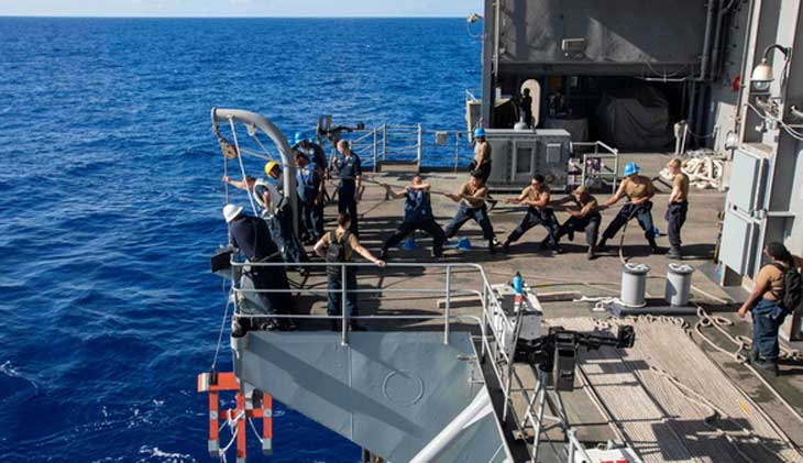 """Hàng ngàn thủy thủ """"tháo chạy"""" khỏi hàng không mẫu hạm USS Theodore Roosevelt vì Covid-19"""