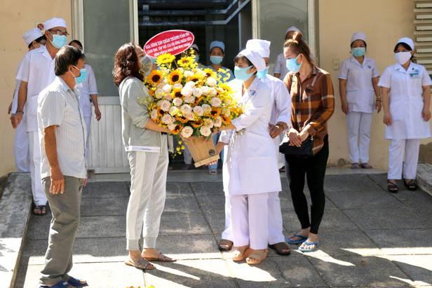 Bệnh nhân thứ 34 'siêu lây nhiễm' và chồng, con đều đã khỏi Covid-19, được ra viện