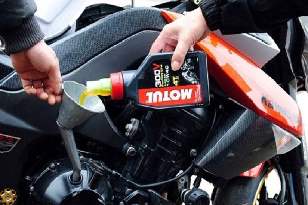 Bao lâu nên thay dầu nhớt cho xe máy?