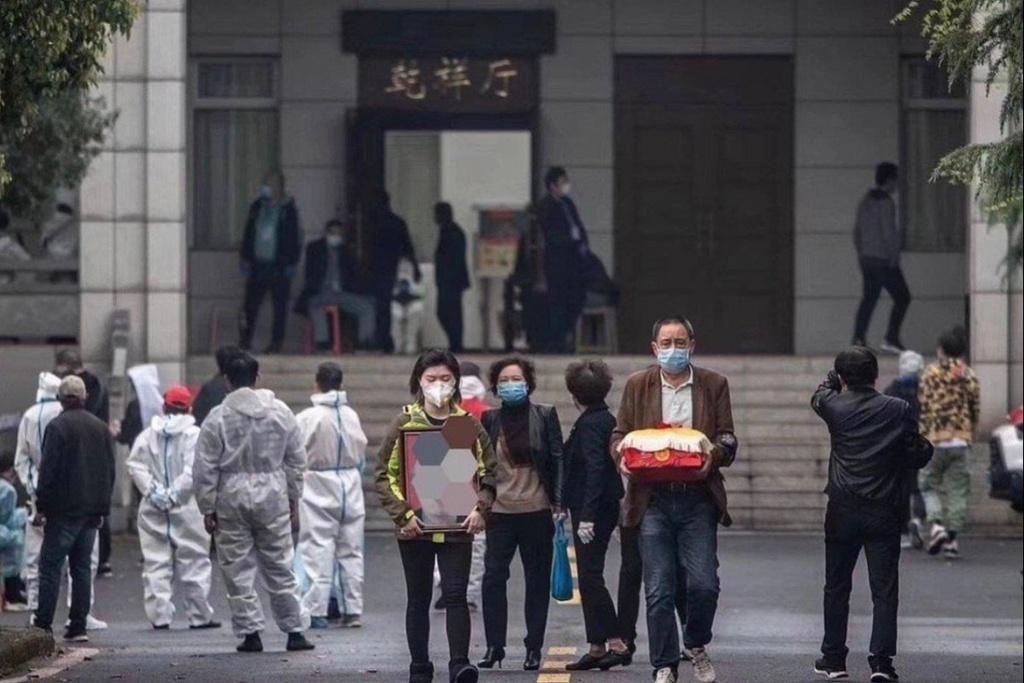 Vì sao Vũ Hán có 2.500 người chết vì COVID-19 nhưng dân xếp hàng nhận cả chục nghìn bình cốt?