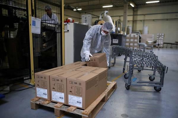 """Pháp gặp khó với các lô hàng khẩu trang đã đặt mua vì kiểu """"giành giật trắng trợn"""" của Mỹ"""
