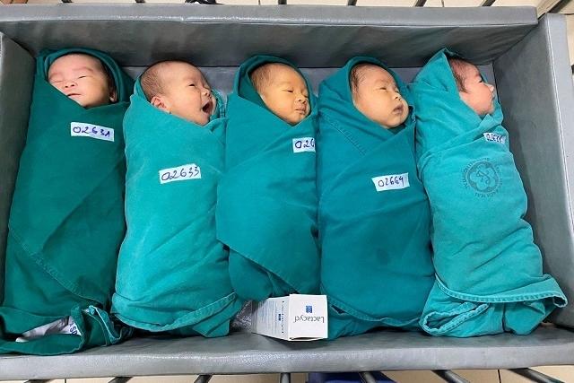 Những công dân nhí chào đời trong bệnh viện cách ly