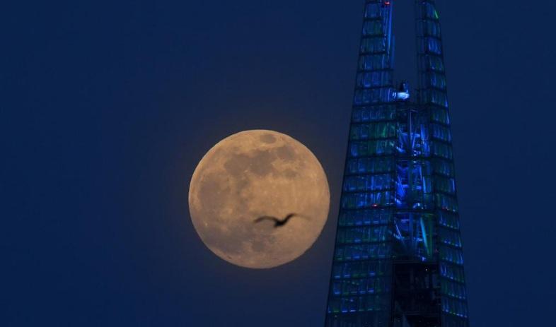 Siêu trăng lớn nhất 2020 xuất hiện khi cả thế giới chống COVID-19