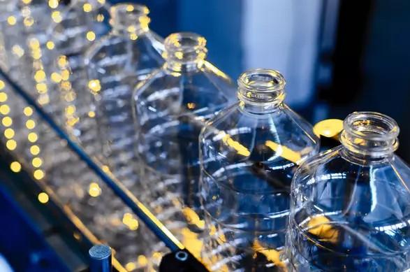 Tại sao chúng ta lại phụ thuộc vào nhựa đến như vậy?