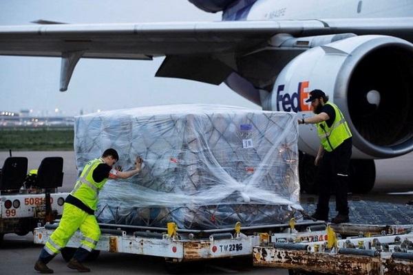 Mỹ gửi nguyên liệu sang Việt Nam, tiếp tục sản xuất đồ bảo hộ y tế