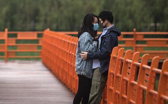 Các cặp đôi Vũ Hán nô nức 'nên duyên' sau thời gian phong tỏa vì dịch, ứng dụng đăng ký kết hôn quá tải