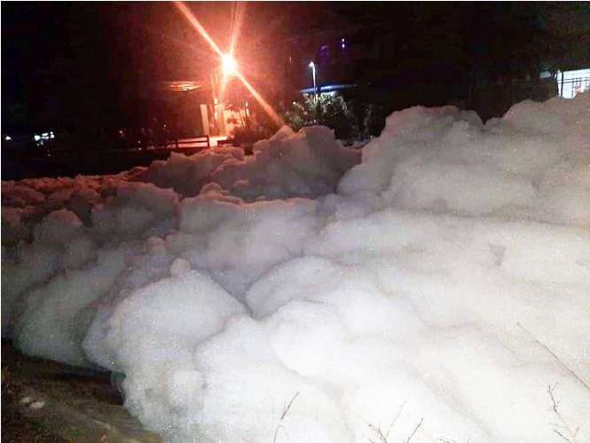 """""""Bọt tuyết"""" phủ trắng sau mưa, nghi doanh nghiệp lén xả thải"""